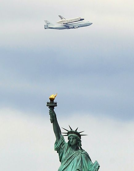 space-shuttle-flies-over-nyc-enterprise-intrepid-statue-liberty_52183_600x450